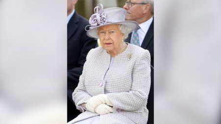 Королева Елизавета познакомилась с названной в её честь слонихой
