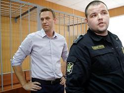 "Навального арестовали на 30 суток за акцию ""Он нам не царь"""