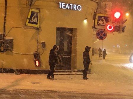В центре Петербурга бетономешалка врезалась в ресторан (фото)