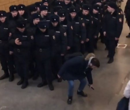 В Росгвардии оценили видео, где пранкер роняет игрушечный пистолет у толпы силовиков