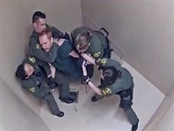 Побитые заключенные отсудили у тюрьмы полтора миллиона долларов