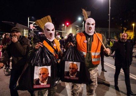 Сербские оппозиционеры забросали полицию яйцами