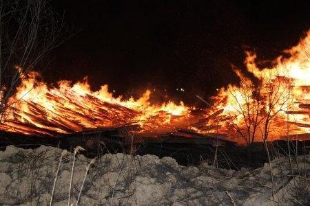 В Хабаровске произошёл пожар на складе пиломатериалов