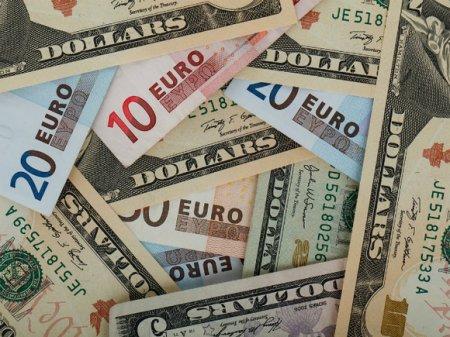 Рубль на старте торгов потерял позиции к доллару и евро