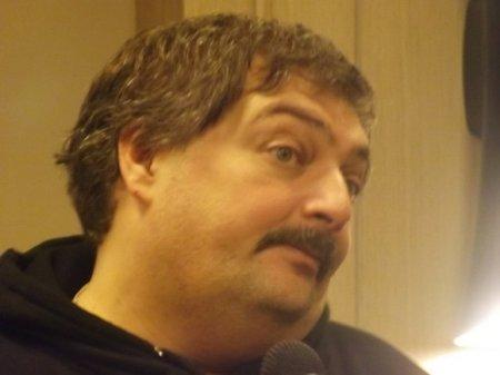 Писателя Дмитрия Быкова привезли на лечение в Москву