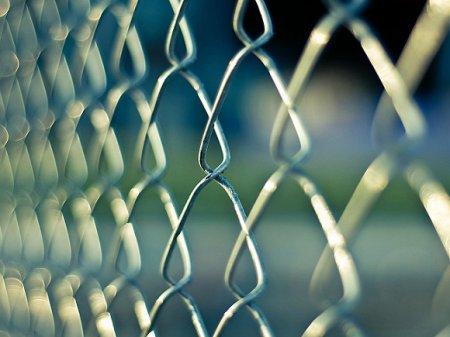 Екатеринбуржцы снова повалили забор в сквере, где будут строить храм РПЦ