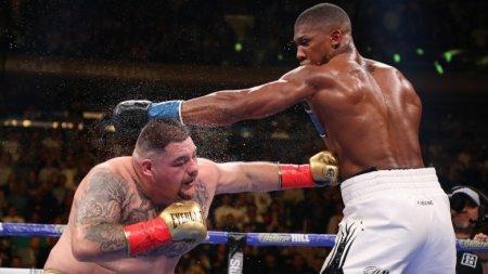 Британский боксер впервые проиграл илишился всех титулов