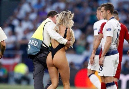 Выбежавшую на поле в финале ЛЧ модель оштрафуют на €15 тысяч