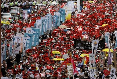 На улицы Гонконга вышел миллион жителей, протестуя против закона об экстрадиции