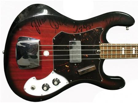 Гитару с автографом Джима Моррисона выставят на торги в Подмосковье