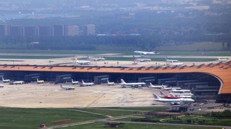 В аэропорту Пекина отменили около 600 рейсов