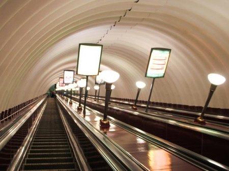 Пьяный пассажир чуть не остался без руки на эскалаторе метро