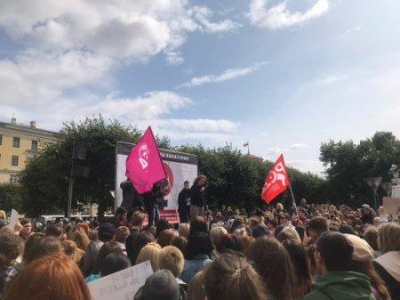В Петербурге проходит митинг в поддержку сестер Хачатурян (фото)
