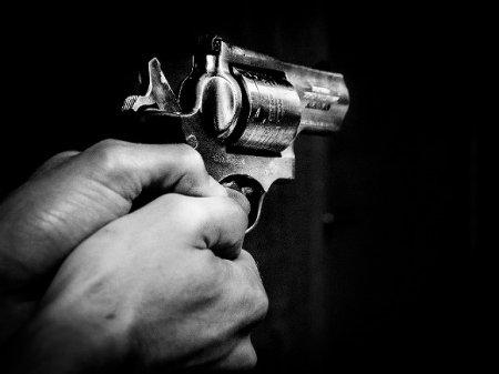 В Тюмени подозреваемый при задержании открыл стрельбу по полицейским