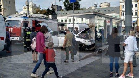 Лайф публикует фото с места наезда автомобиля на остановку в Москве