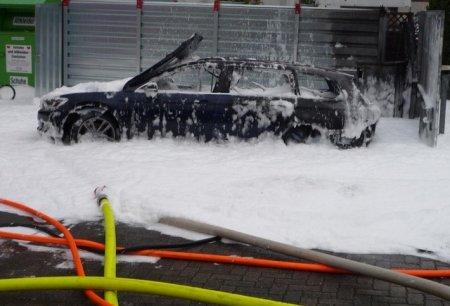 Женщина сожгла машину при попытке откачать из неё топливо пылесосом
