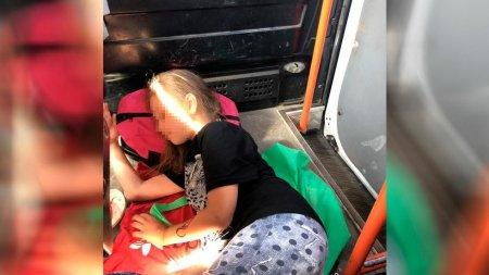 Автора фото со спящими на полу маршрутки детьми заподозрили в постановке