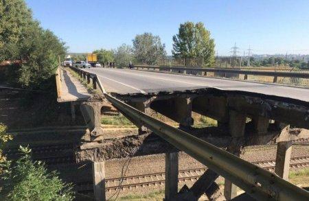 Кадры с места событий: обрушившийся автомобильный мост в Харькове