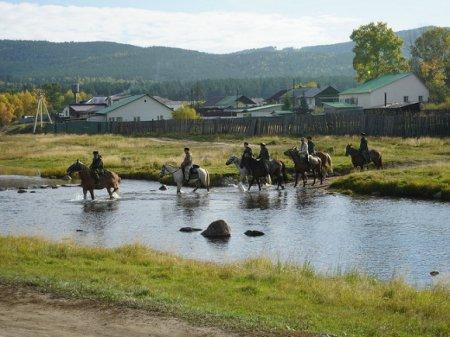 Митрополит РПЦ идет конным крестным ходом вокруг Читы (фото)