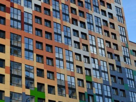Дождь затопил пять этажей в новостройке на севере Петербурга (фото)