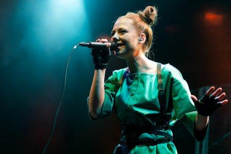 Певица Юта выступила для российских военных в сирийском Дейр-эз-Зоре