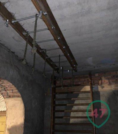 Лайф публикует видео из Ленобласти, где силовики изъяли арсенал с оружием
