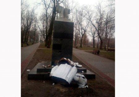 В Харькове вандалы разрушили памятник Максиму Горькому