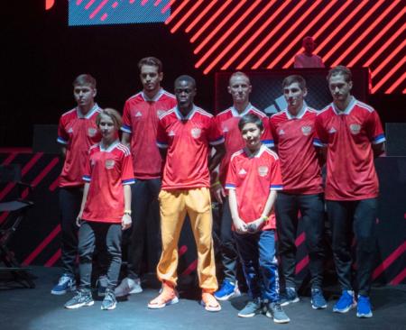 После скандала с перевёрнутым флагом Adidas переделал форму для сборной РФ