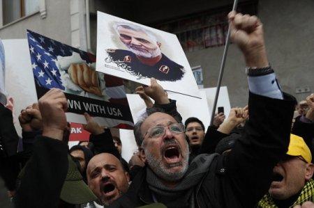 На церемонии прощания с Сулеймани убиты десятки людей