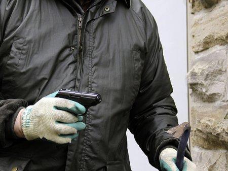 Полиция Петербурга устроила погоню за двумя бандитами, которые связали продавщицу и похитили айфоны и 0,8 млн рублей (видео)
