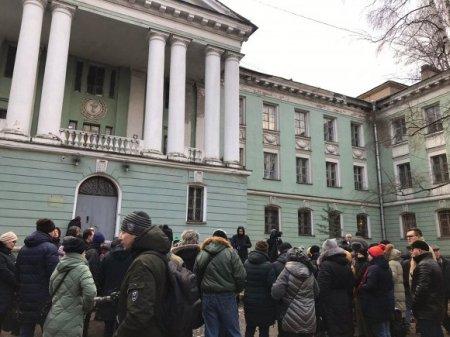 Петербуржцы пикетируют против сноса исторического здания медсанчасти