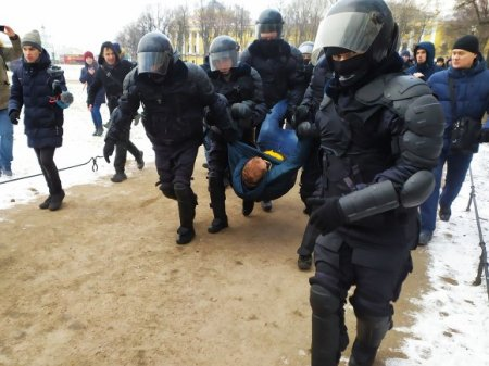 На Сенатской площади в Петербурге продолжаются жесткие задержания на пикетах (фото)