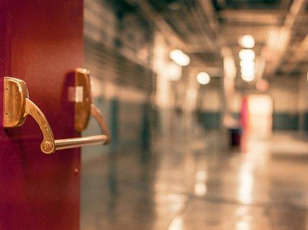 В больнице в Башкирии пациенту с ампутированными ногами пришлось ползти по коридору (видео)