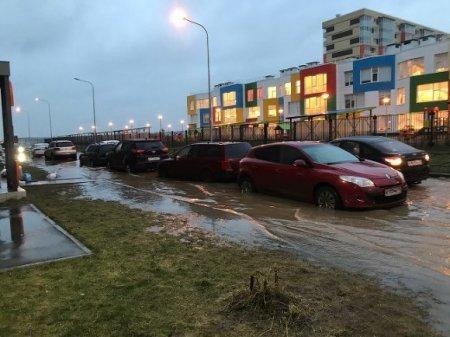 Жители Мурино опоздали на работу из-за затопленных улиц (фото)
