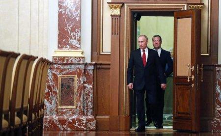 Путин срочной отставкой Медведева спасал свой рейтинг, но экономику от краха не спасет