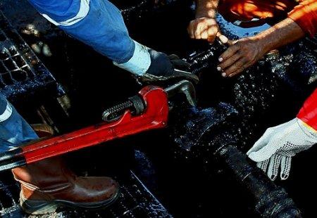 Страны ОПЕК решили дополнительно сократить добычу нефти из-за коронавируса