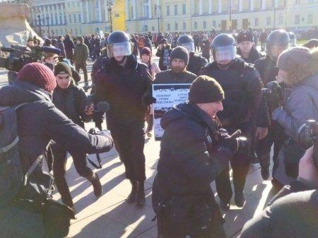 В Петербурге «траур по Конституции» сменился пикетами, есть задержанные (фото)