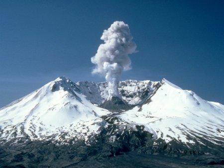 Город на Курилах засыпало пеплом из-за извержения вулкана (видео)