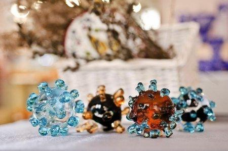 Во Владимирской области начали выпускать хрустальные сувениры в виде коронавируса