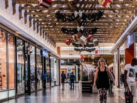 Губернатора Ленобласти попросили пока не открывать торговые центры
