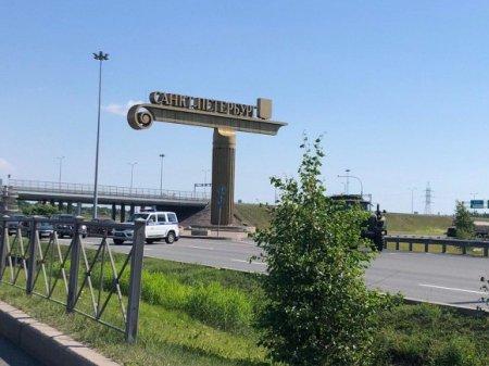 В сторону Петербурга движется колонна грузовиков с военными (фото, видео)