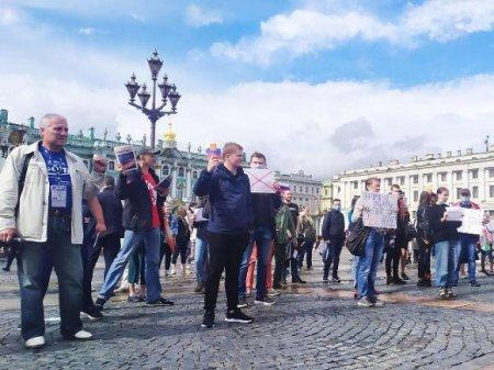 Петербуржцы на Дворцовой площади выстроились в шеренгу в знак протеста против поправок в Конституцию (фото)