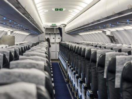 В российском самолете протекла «крыша»— пассажиры сидели под зонтиками (видео)