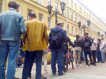 Активист привлек внимание петербуржцев оппозиционными штанами (фото)