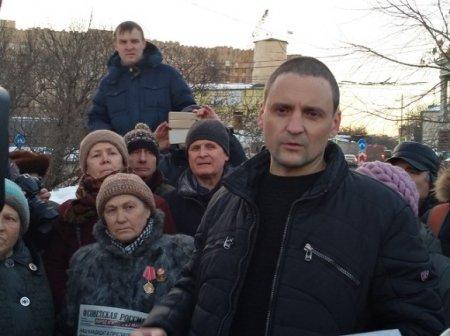 Удальцова привезли в полицию и оставили до утра