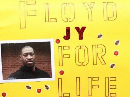 Умолял под дулом пистолета: СМИ опубликовали полную запись задержания Джорджа Флойда