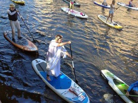 Фестиваль сапсерфа: по рекам Петербурга рассекают Пушкины, Мальвины, зайцы и индейцы (фото)
