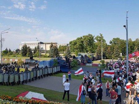 Лукашенко с автоматом «появился» у своей резиденции (фото)