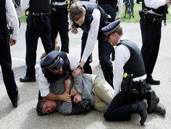 Во Франции начали задерживать людей на возобновившихся акциях «желтых жилетов»