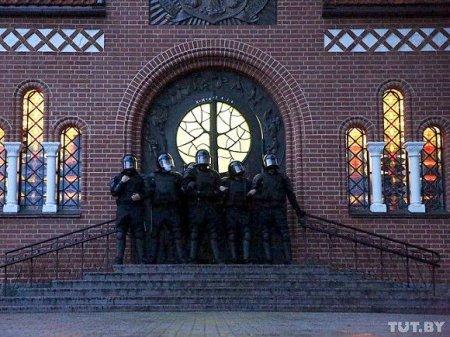 В Минске встретивших ОМОН цветами женщин задержали прямо в дверях костела